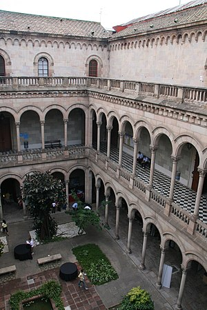 Español: Patio Interior de la Universidad
