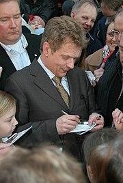 Niinistö signing autographs in 2006.