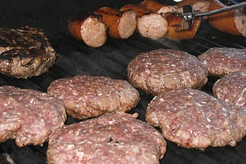 English: Pieces of meat on a barbecue. Русский...