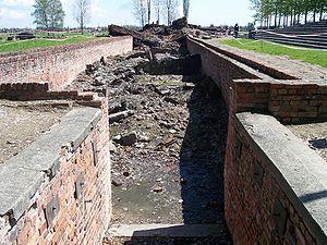 Polski: Wejście do Krematorium III w obozie ko...