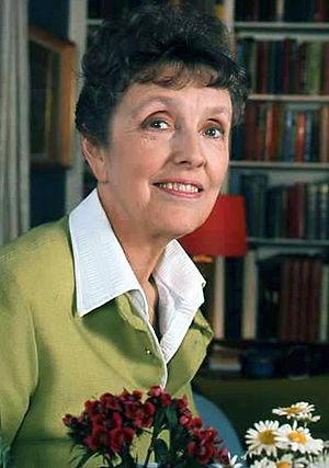 English: portrait of Joyce Grenfell in her apa...