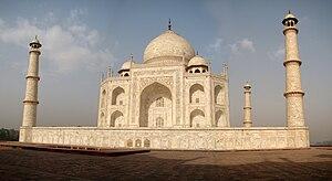 English: The eastern side of the famous Taj Ma...