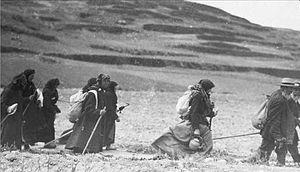English: Jewish immigrants walk to Palestine.