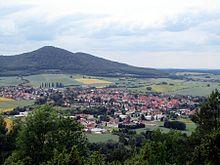 Blick vom Alpenpfad am Kleinen Dörnberg auf Zierenberg, mit Großem Gudenberg und Kleinem Gudenberg