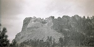 English: Mount Rushmore under construction.