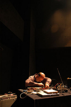 English: Keith Rowe performing solo at the AMP...
