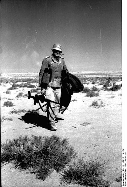 File:Bundesarchiv Bild 101I-783-0123-27A, Nordafrika, Soldat mit Panzerbüchse.jpg