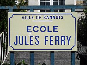 Français : Panneau de l'école Jules-Ferry à Sa...
