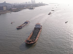 English: Ships on the Yangtze River in Nanjing...