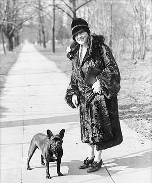 English: Mary Roberts Rinehart with french bulldog
