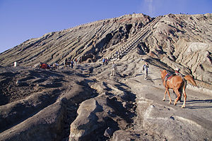 English: Stairs lead to Mt Bromo caldera, Brom...