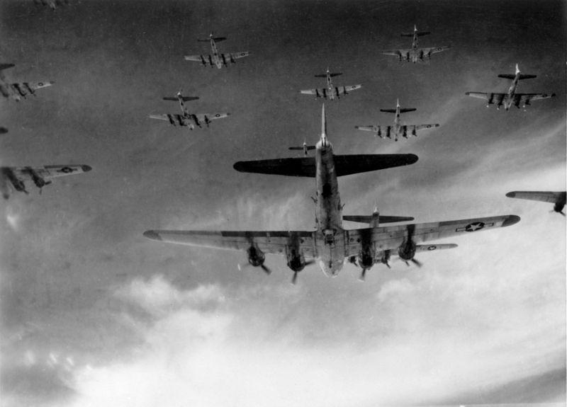 Berkas:B-17 group in formation.jpg
