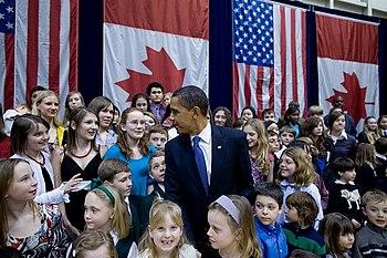 President Barack Obama greets children of Amer...