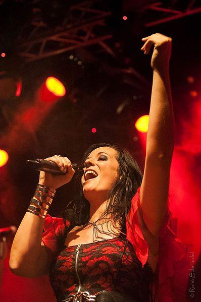 File:Manuela Kraller mit Xandria bei einem Live-Auftritt 2012.jpg
