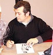Claudio Villa, l'attuale copertinista, mentre autografa
