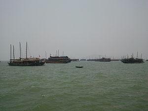 Tiếng Việt: Bến tàu du lịch Vịnh Hạ Long