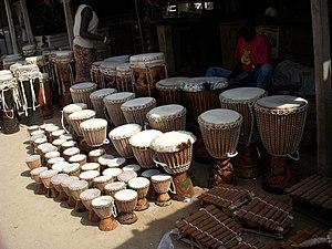 Vendeur de djembés et autres instruments tradi...