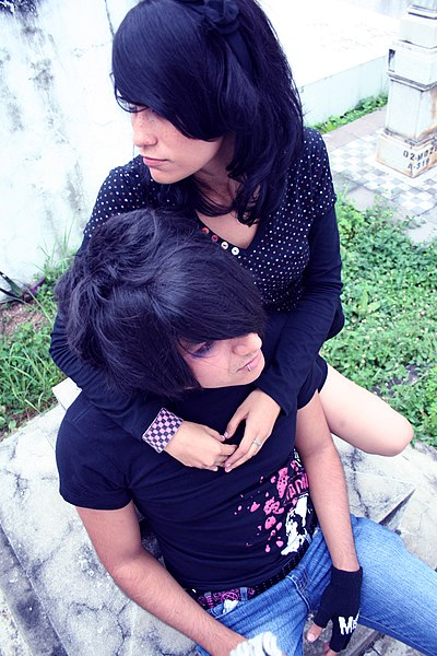 https://i0.wp.com/upload.wikimedia.org/wikipedia/commons/thumb/b/b2/Emo_boy_02_with_Girl.jpg/400px-Emo_boy_02_with_Girl.jpg