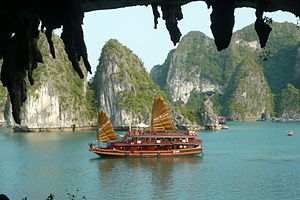 English: Halong bay picture, Boats in Halong b...