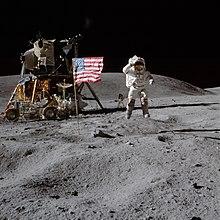 यंग अमरीकी ध्वज को सलाम करते हुये