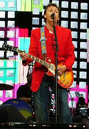 Paul McCartney durante show em Praga, 6 de Junho de 2004.