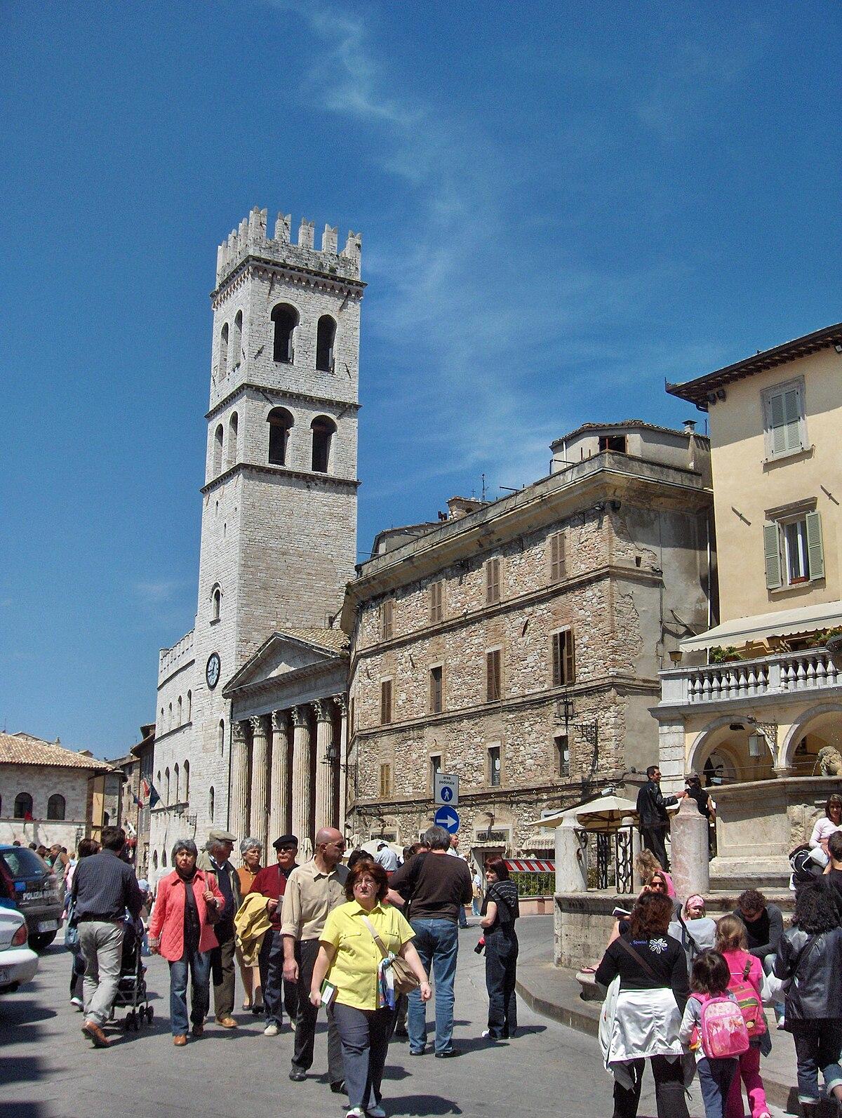 Piazza del Comune Assisi  Wikipedia