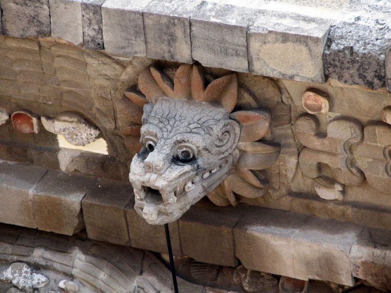 Archivo:Busto quetzalcóatl en Teotihuacán.jpg