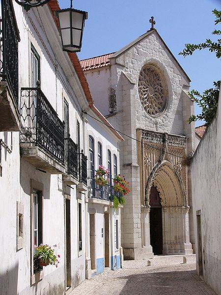 Appelée à l'origine Scalabis par les Romains, puis Shantarin شنتر lors de la période musulmane, elle devint une importante cité-forteresse durant les guerres entre les maures et les chrétiens et fut finalement fut conquise par les portugais en 1147.