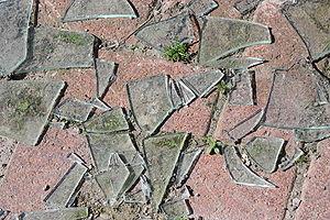 English: Broken glass, off Queen's Road, Titan...