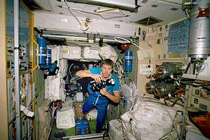 Kosmonot Sergei Krikalev di dalam Zvezda Service Module, November 2000