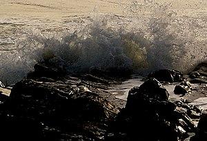 English: Breaking Waves, Rocks of Garheugh