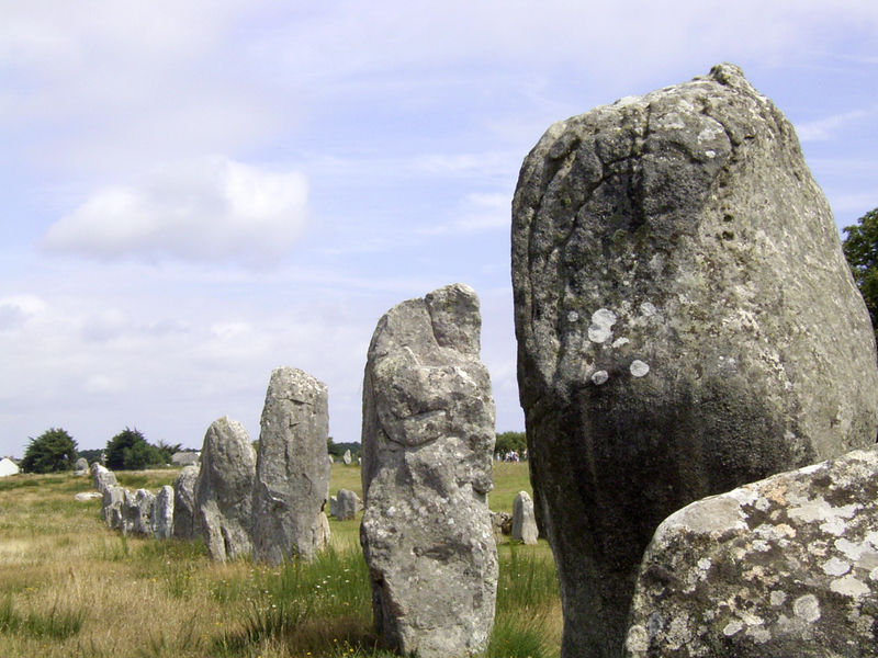 File:Carnac megalith alignment 1.jpg