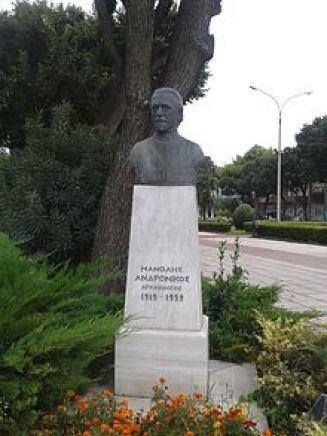 Η προτομή του Μανώλη Ανδρόνικου απέναντι από το Αρχαιολογικό Μουσείο Θεσσαλονίκης.