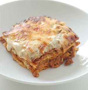 Español: Un plato de lasaña.