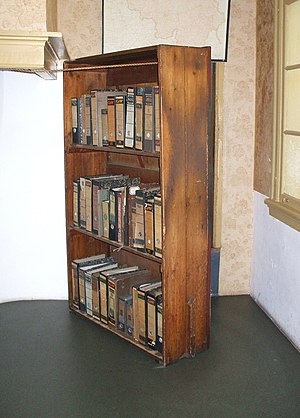 English: Reconstruction of the bookcase at the...