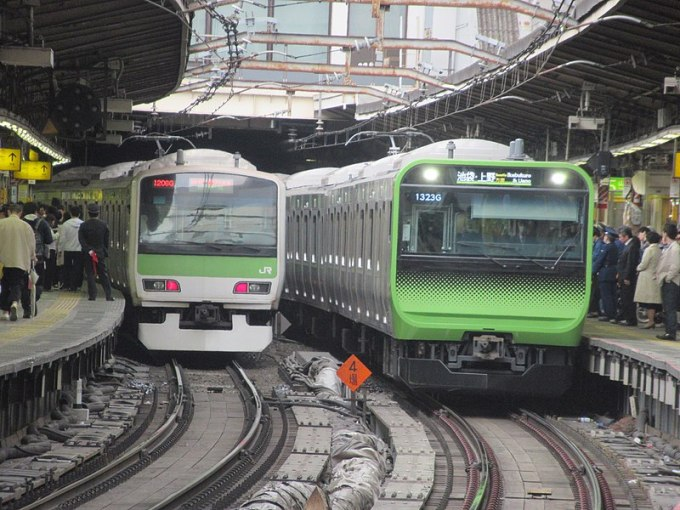 ファイル:Yamanoteline new and old @shinjuku.jpg