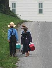 Enfants amish allant à l'école