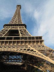 Melihat ke atas Menara Eiffel.
