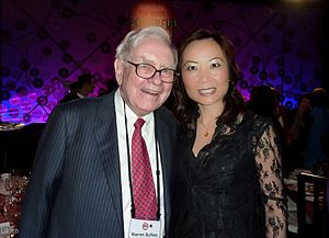 English: Jing Ulrich and Warren Buffett.