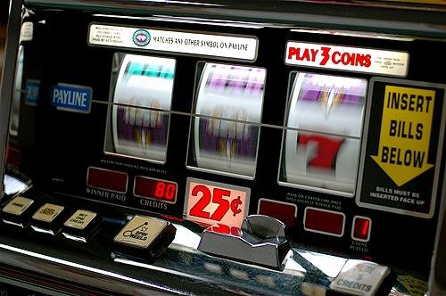 https://i0.wp.com/upload.wikimedia.org/wikipedia/commons/thumb/b/bd/Slot_machine.jpg/500px-Slot_machine.jpg