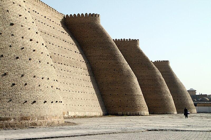 Le mur d'enceinte de la citadelle Ark.