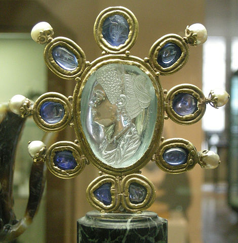 https://i0.wp.com/upload.wikimedia.org/wikipedia/commons/thumb/b/be/CdM%2C_intaglio_di_giulia%2C_figlia_di_tito%2C_seconda_met%C3%A0_del_I_secolo_dc.%2C_acquamarina_firmata_da_Evodos%2C_montatura_carolingia_%28IX_sec.%29_con_9_zaffiri_e_6_perle.JPG/470px-thumbnail.jpg