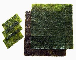Nori, geröstete Blätter aus Algen, die vor all...