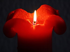 English: Burning Red Candle Deutsch: Brennende...