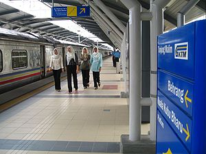 Tren Shuttle berhenti di stesen keretapi Tanjong Malim.
