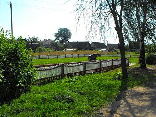 Братская могила и памятник евреям Постав, убитым во время Катастрофы (улица Горького).