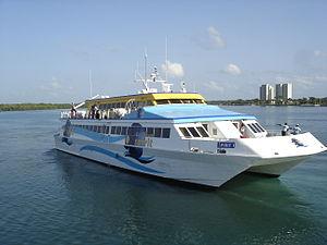 Français : Catamaran assurant la liaison marit...