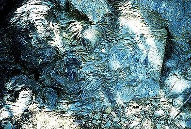 Estromatolitos del precámbrico en la Formación Siyeh, Parque Nacional de los Glaciares, Estados Unidos. En 2002, William Schopf de la UCLA publicó un polémico articulo en la revista Nature defendiendo que este tipo de formaciones geológicas fueron creadas por cianoficeas fósiles con una antigüedad de 3.500 millones de años  De ser cierto, serian las formas de vida más antiguas conocidas.