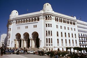 {{fr|1=La Grande Poste d'Alger (Algérie).