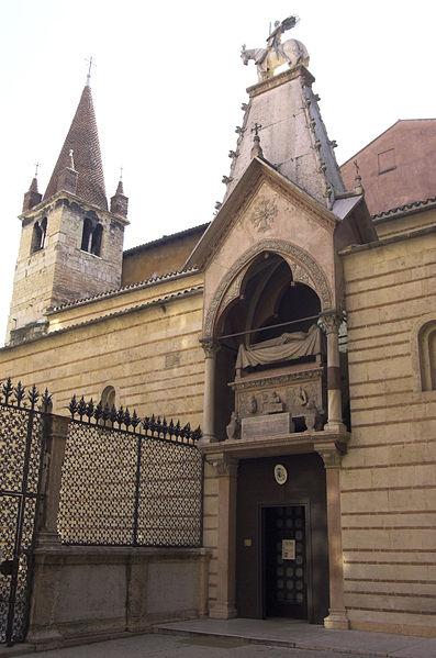 L'arca di Cangrande sopra l'entrata della chiesa di Santa Maria Antica